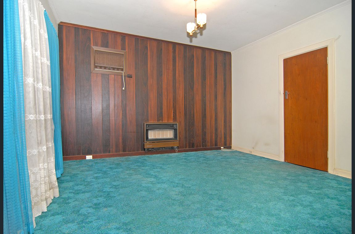 old adelaide bedroom with blue carpet
